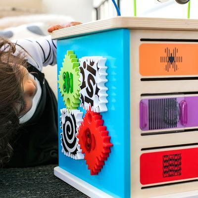 Dřevěná aktivní hračka BABY EINSTEIN Kostka Innovation Station HAPE 12m+ 2020 - 3