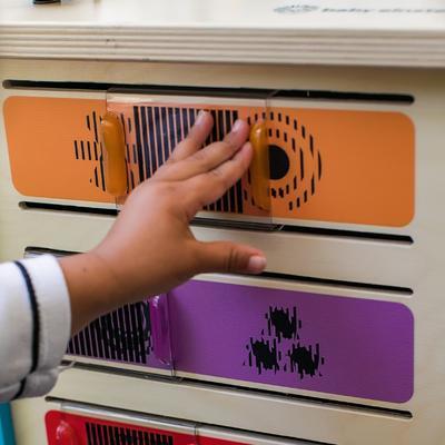 Dřevěná aktivní hračka BABY EINSTEIN Kostka Innovation Station HAPE 12m+ 2020 - 5