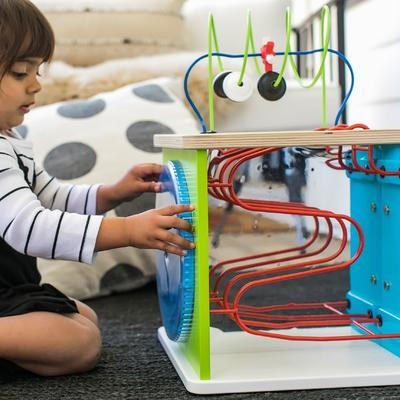 Dřevěná aktivní hračka BABY EINSTEIN Kostka Innovation Station HAPE 12m+ 2020 - 7