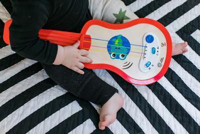 Dřevěná hudební hračka BABY EINSTEIN Ukulele Magic Touch HAPE 12m+ 2020 - 7