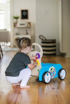 Dřevěná aktivní hračka BABY EINSTEIN Vlečka Discovery Buggy HAPE 12m+ 2020 - 7